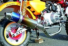 チタン製サイレンサーがレーシーなイメージを持つマフラーは当時の参考商品。キャブ用のものはラインアップとしてあるが、FIモンキー用は発売しなかった模様