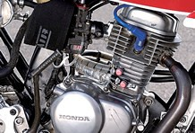 エンジンの仕様はノーマルヘッド+ボアアップの115ccにとどめるが、ミニバイクレース経験の豊富なライダーの技量で速さと燃費を両立。