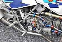 SP武川ヘッド&124cc化されたエンジンは、レガスピードのアルミフレームに搭載。SPIのバックステップやヨシムラのフルエキゾーストなど豪華絢爛。
