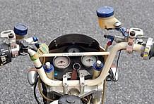 SP武川とデイトナを組み合わせたメーターパネル。ハンドルに括り付けられたG-SHOCKの腕時計からも、ツーリング仕様であることを感じさせる。