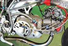 エンジンはSP武川製124ccボアアップキットとFCRキャブレターを組み合わせ強力なパワーを確保。