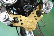 セパレートハンドルでレーシーに決めたハンドルまわりは、OVER製ステムで剛性をアップしている。