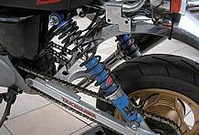 SP武川製のスイングアームで延長した足回りには、KYB製サスを装着。安定感のある足回りに。