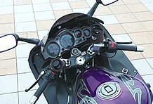 純正のハンドルバーをアントライオン製ポストでアップ加工、左右マスターもニッシン製に変更したコクピットまわり。アッパーカウルの右インナー部にあるのは冬欠かせないグリップヒーター用スイッチ