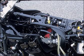 キャブレターはヨシムラミクニのTMR-MJNφ40mmで、カーボンヒートガードを装着。スロットルホルダーとハンドルグリップはヨシムラ製。メインレール後部内側の半月プレートなどフレーム補強は全14カ所に