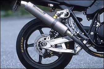 エキゾーストシステムはフルチタンの手曲げサイクロン。リヤショックはオーリンズで、これにもFFVSを組む。スイングアームはこの試作車のみTT-F1改だが、実際の市販仕様でも同じ形状が採用された