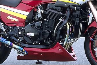 """エンジンは72.5×55(908cc)→78×68mmの""""TGN♯1109""""から、現在は78×59.4mmの""""♯1135""""をバランサー付きで積む。ベースはZRX1100で、キャブレターはケーヒンFCRφ41mm"""