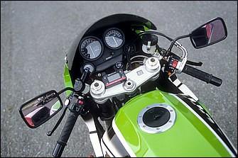 倒立フォークとフォークオフセット30mmの上下ブラケットセットはホンダVTR1000SP-1(RC51)からの流用で構成される。ブレーキマスターシリンダーはブレンボ製ラジアルポンプ
