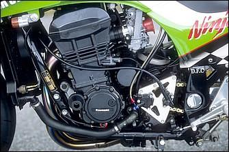 各部に'01年T.O.F.レーサーに準じた加工が行われた水冷並列4気筒エンジンは、76×58mmのGPZ1100をベースとし、ワイセコφ78mm鍛造ピストンで排気量を1052→11108ccに拡大等される