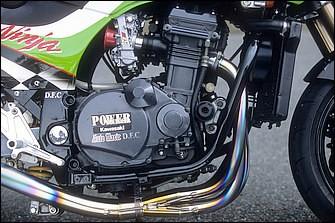 油圧損失等のロスを嫌い、かつ温度管理を水温だけで行いためにと、あえてオイルクーラーレス。キャブはケーヒンFCRφ37mm。ダウンチューブ前後でエンジンはしっかり積まれる
