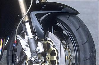 GPz750R・STDの2.50-16/3.00-18(GPZ1100のSTDは3.50-17/5.00-17)から3.50-17/6.00-17と、ホイールはワイド化。ブレーキはサンスター製ステンレスディスク+ニッシン6Pキャリパー
