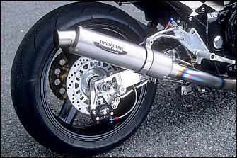 4-1のチタンエキゾーストシステムはトリックスター手曲げで、アルミ角断面スイングアームはオートマジックのオリジナル。リヤキャリパーはブレンボ対向2Pでホイールはvtr1000SP-1