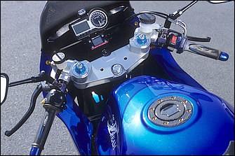 STDのバーをギルズツーリング・バリオバーでセパハン化。速度/回転計一体メーターはSP武川製LCD X-9。機械式速度計を持つ車両なら各ホイールサイズに対応するデジタルピックアップも持つ