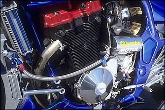 ワイセコφ80.5mmピストンで排気量を1156(79×59mm)→1201ccとした油冷DOHC4バルブ直4。バルブ、カム、ミッションは'92GSX-R1100でキャブはヨシムラTMR-MJN。クラッチマスターもブレンボラジアル
