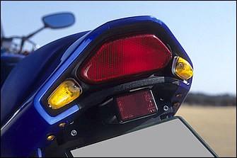 リヤのウインカーはテールランプサイドへのビルトインタイプに変更。エキゾーストシステムはストライカー製チタンエキパイ+ノジマエンジニアリング製サイレンサーの組み合わせとしている