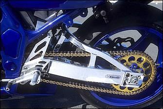 アッパーブレース付きとして車体全体のデザインにも配慮したアルミスイングアームはウイリー製。ステップキットはミクニレーシング(現アグラス)。全体にレーシーなスタイルながら実用性も高い