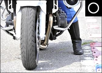 足はなるべく真下に着く。少なくとも足の前半分程度は接地して安定させる。装備も重要。白バイ隊員は長靴タイプの革ブーツを着用するが、一般ライダーでも踝が隠れる靴は必須だ。