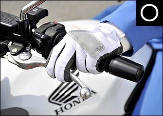 白バイでも以前は4本がけが推奨されたが、バイクの性能が向上した現在では2本がけで十分だ。半クラが使えるレバー位置はほんの数センチの範囲で、そこを繊細につないでいく。