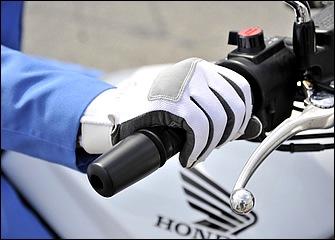 白バイのスクランブル発進では俊敏な加速を得るため、スタート直前にスロットルをわずかに開けてエンジン回転数をやや高めておく。通常の発進ではそこまでやる必要はない。