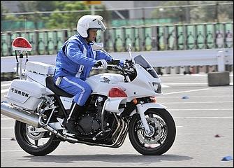 前後ブレーキをバランスよく使い、車体の安定を保ったまま減速。ヒザと太腿でタンク後端をしっかり挟み込んで上半身を支え、ブレーキングで着座位置が前にずれないようにする。