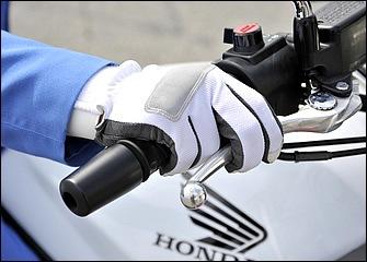 ブレーキ性能が向上した現代のバイクではブレーキレバーの操作は2本がけでも十分な制動力が得られる。指をグリップに残したほうが路面のギャップに弾かれたときなども安心だ。