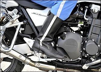 リヤブレーキも積極的に使っていこう。ペダル位置で操作感が変わるため位置調整はシビアに。ステップバーに土踏まずを置いたとき足首が直角になる位置にペダルがくれば適切だ。