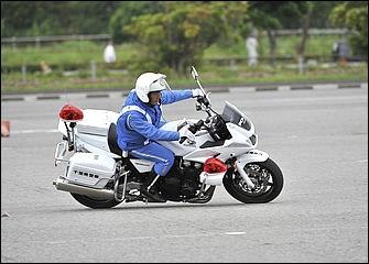 中速コーナーを旋回中の場面だが、コーナー中盤でも必要ならば前後ブレーキを引き摺るように軽くかけて旋回速度を調整する場合もある。強くかけすぎるとスリップして危険。
