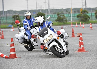 パワフルで重量もある白バイを力まかせに扱っても上手くいかない。肩や腕、上体の力を抜いてバイクの動きにライダーが合わせるようにするのが上手く操るコツ。走りは村島さん。