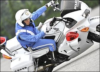 スムーズなライディングを心掛けることは基本だが、バイクの運動性を引き出すには大胆なフォーム、ダイナミックな体の動きも必要になる。走りは原田さん。