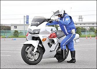 乗車時はまずハンドルを右いっぱいに切ってからバイクを起こし、サイドスタンドを左足で払う。ハンドルを右に切ると左手に力を入れやすく車体も安定する。