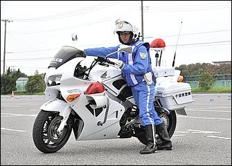 取り回しでは体をバイクに寄せるのが基本。腰あるいは脇腹あたりをシートやタンク後端に当ててバイクとの一体感を高めると安定する。ここでも右手の持ち方に注目。