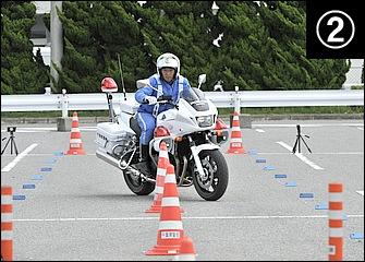 スロットル操作に連動しつつ内ヒザ(この場合は左足)で車体を起こしつつ外足(この場合は右足)でステップを踏み込む。各パイロンの中間地点を前輪が通るイメージ。