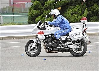 直線スラロームを真横から見たところ。スロットルオンで加速しているときはフロントフォークが伸びてバイクの姿勢は前が高くなるのに合わせて上体は伏せる。