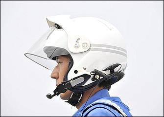 千葉県警交通機動隊ではシールドとバイザー付きのジェットヘルを採用。後部には被視認性を高める反射材を装備している点に注目。口元には通信用のマイクを装備。