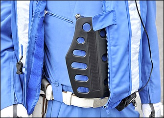 制服の上には同色で目立たないが実はエアバッグを着用している。反射材の付いたベストがそれ。さらにその内側には胸部プロテクターを装備。各都道府県警によって装備は異なる。