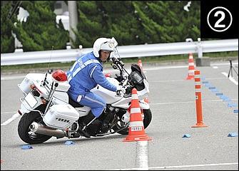 フロントブレーキを緩めつつ進入速度を調整しながら倒し込み。リヤブレーキはコーナーの最後まで踏みっぱなし。すでに目線はコーナー出口のほうに向いている。