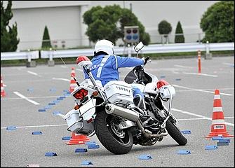 低速コーナーで舵角をつけて曲がるときほど内輪差が生まれる。後輪の軌跡は前輪に比べてだいぶイン側を通るため、その差を意識して前輪のラインを決める。