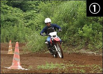 硬くしまったダート、あるいは逆にヌタヌタの泥濘路には後輪を滑らせないグリップ走法が有利。進入ではフロントブレーキを中心にしっかりと減速する。(模範走行/黒森昌也巡査長)