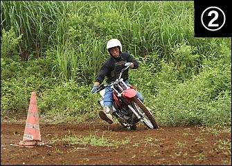 スライドに対応して上体は常にバイクの外側にセットしたリーンアウトフォームが基本。倒し込みと同時にスロットルを当ててパワースライドに持ち込む。