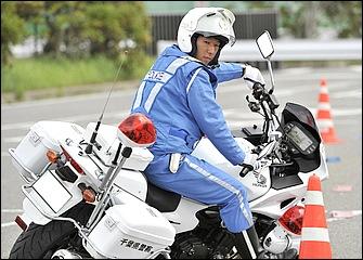 発進したらすぐに後ろを振り返るぐらい頭を回して先を見る。バイクの傾きに対して上体は比較的起こしたリーンアウト的なフォームが特徴だ。