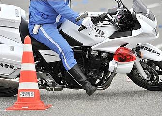 バイクの動きに遅れないように足は斜め前方に出していく。足は踵から着いて爪先で軽く地面を蹴るイメージだ。爪先を前輪と同じ方向に向けていくのがポイント。