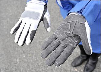 夏用グローブは操作性を重視したタイプで、掌側は滑りにくい合成皮革、甲側はメッシュになっている。冬用は白い革製を使用。写真は千葉県警交通機動隊専用タイプ。