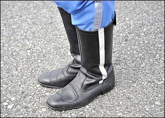 伝統的な牛革製の長靴タイプで夏冬兼用。グローブ同様、長時間の任務に耐えられるよう操作性と快適性を重視した作りになっている。サイドストライプが白バイの証。