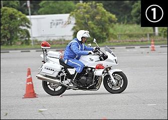 コーナーが近づいてきたら前後ブレーキをバランスよく使ってバイクの姿勢をコントロールしつつ確実に減速する。両腕は突っ張らず、ニーグリップで車体をホールド。