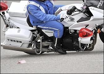 旋回速度や車体の安定性をリアブレーキでコントロール。ブレーキ踏み込みの強さでバンクセンサーより先に爪先が路面に接触するが、隊員たちはそれもセンサーとしているのだ。