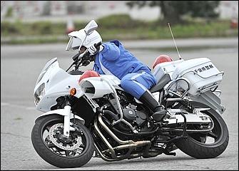 コーナリング時に大事なのが外足。ヒザと太腿をタンクにしっかり当てることで、パンク角を安定させつつバイクとの一体感を高めることができる。ステップには土踏まずを乗せる。
