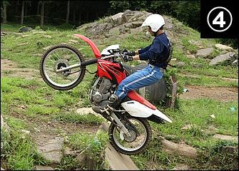 前輪が十分段差の先に出たところでスロットルを戻しつつ上体も元のポジションに。スロットルを吹かしすぎると後輪が空転して登りきれなくなる。