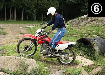 無事クリア。段差を越えた直後の姿勢も大事で、車体が傾いていると滑って転倒しやすくなる。まずは小さな段差で繰り返し練習しながらスロットルや荷重のタイミングをつかんでほしい。