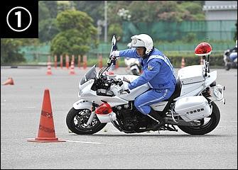 パイロン手前では前後ブレーキでしっかり減速。ただし、急減速ではなく車体を倒し込みながらスムーズに速度をコントロールしつつ、パイロンの外側からアプローチする。