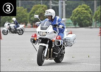 短い直線でも上体を伏せてしっかり加速。加速することで後輪にトラクションがかかってバイクも安定する。スラロームでは通常、クラッチは使わない。目線は次のパイロンへ。
